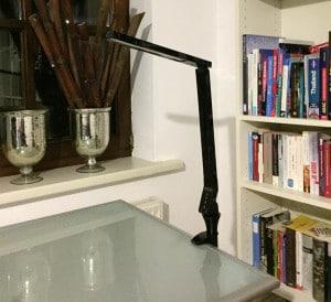 Durch das mitglieferte Zubehör ist die Lampe sehr flexibel aufstellbar. Das Bild zeigt, wie die Lampe an der Schreibtischkante montiert ist.