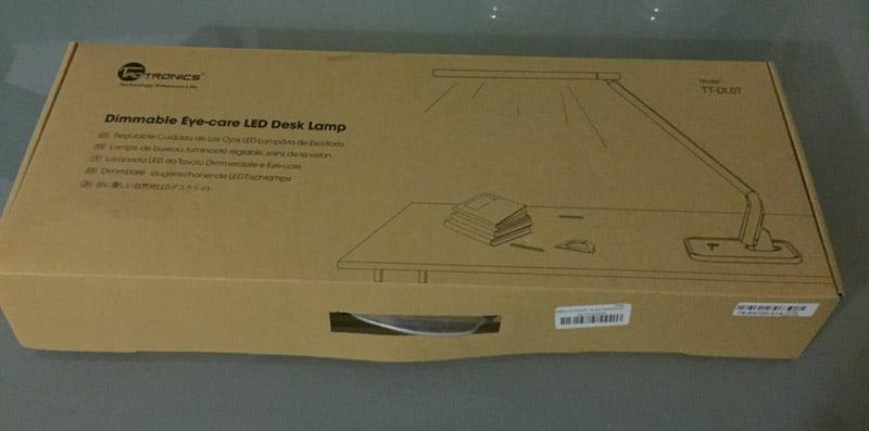 Das Bild zeigt den Pappkarton, in dem die Schreibtischlampe Taotronics geliefert wird.